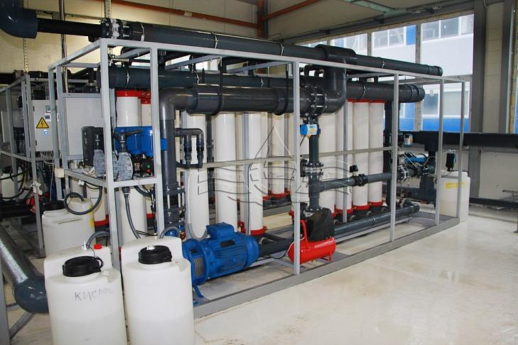 на этой фотографии вы можете увидеть промывочный насос и системы дозирования реагентов.